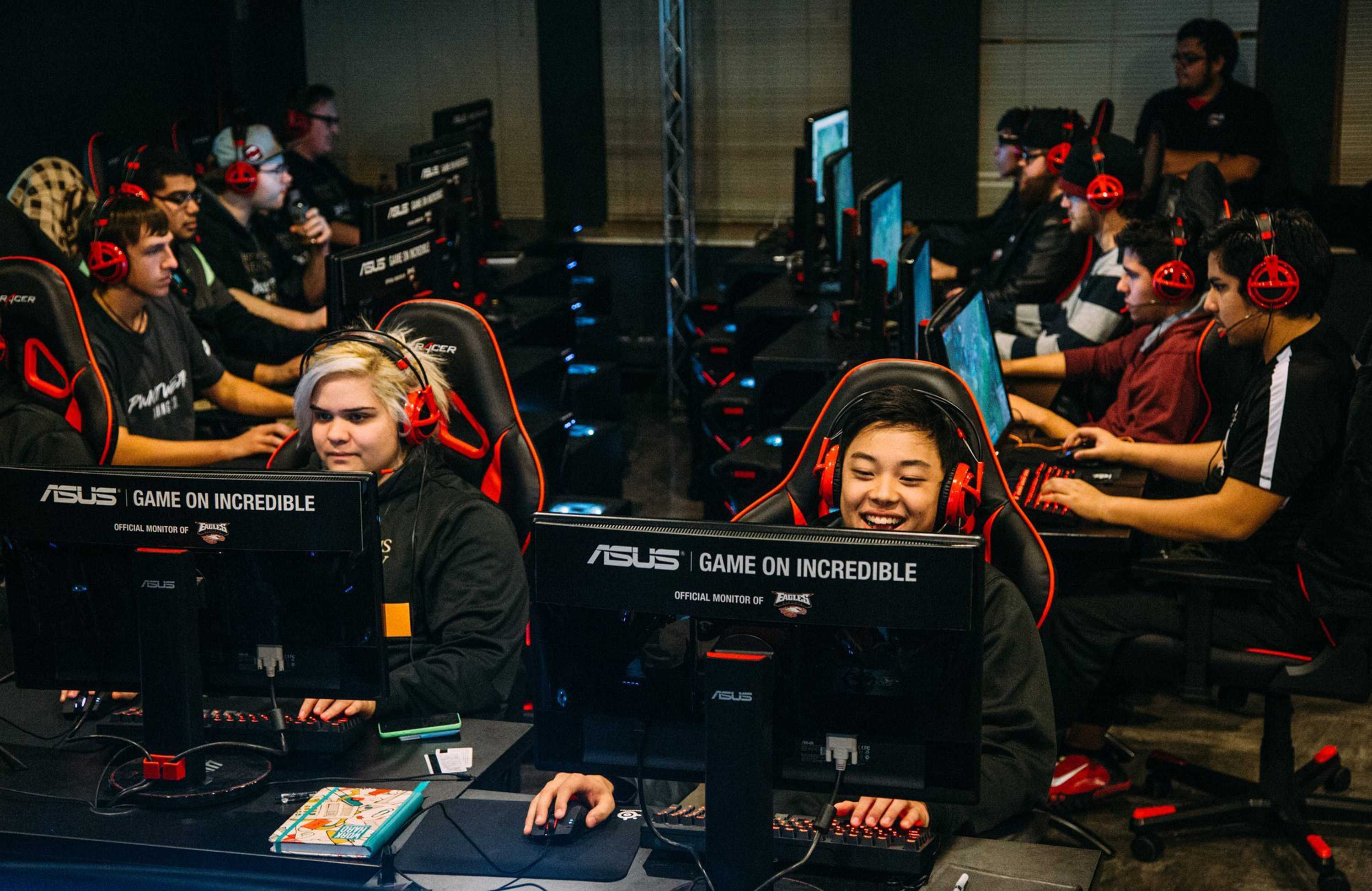 )College gives scholarships to video-game players