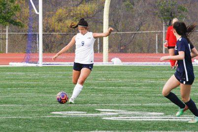 Defense Vicki Chen (Sr.) kicks off the ball for the Trojans. (V.Li)
