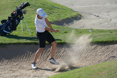 David Kurniawan (So.) chips out of bunker at fourth hole. (J.Li)